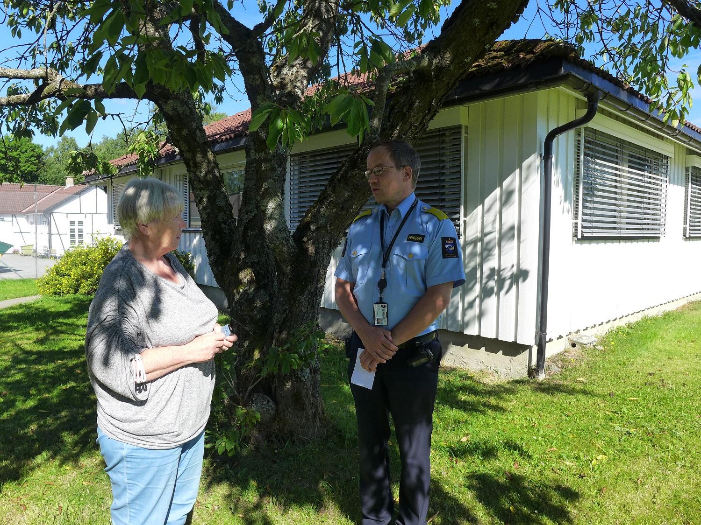 bilde av Hult og finstad som snakker sammen under et tre.