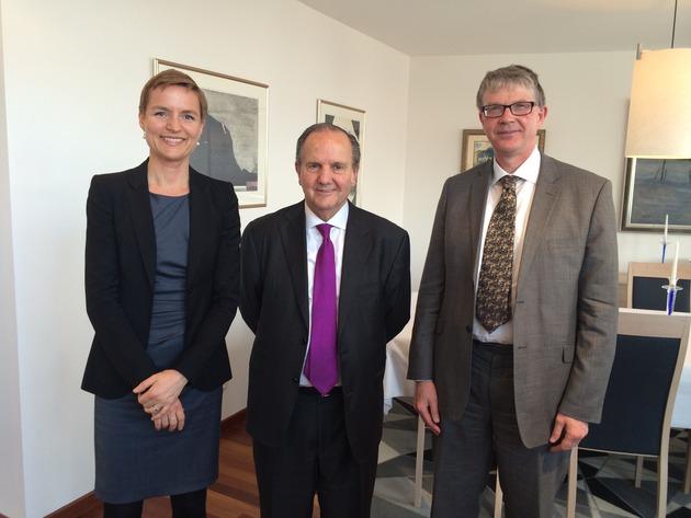 Fra venstre: Helga Fastrup Ervik (kontorsjef for Sivilombudsmannens forebyggingsenhet), Juan Mendez (FNs spesialrapportør mot tortur) og Malcolm Evans (leder for FNs underkomite for forebygging, SPT)