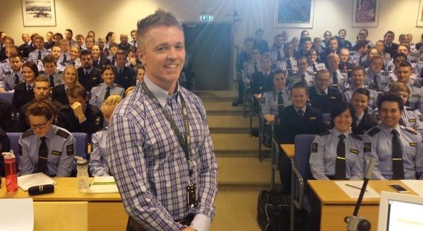 Knut Evensen foreleste på KRUS for en gruppe aspiranter.